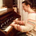 Carla am Harmonium